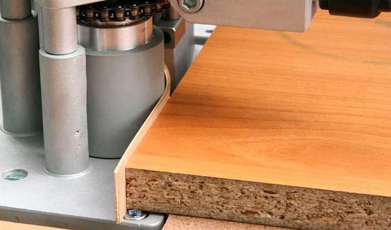 Ручной станок для облицовывания кромок.