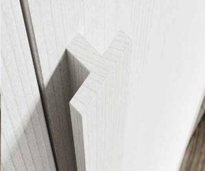 Шкаф с деревянной ручкой
