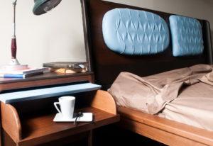 Изголовье кровати с кожаными вставками