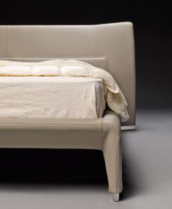 Кровать с изогнутым изголовьем