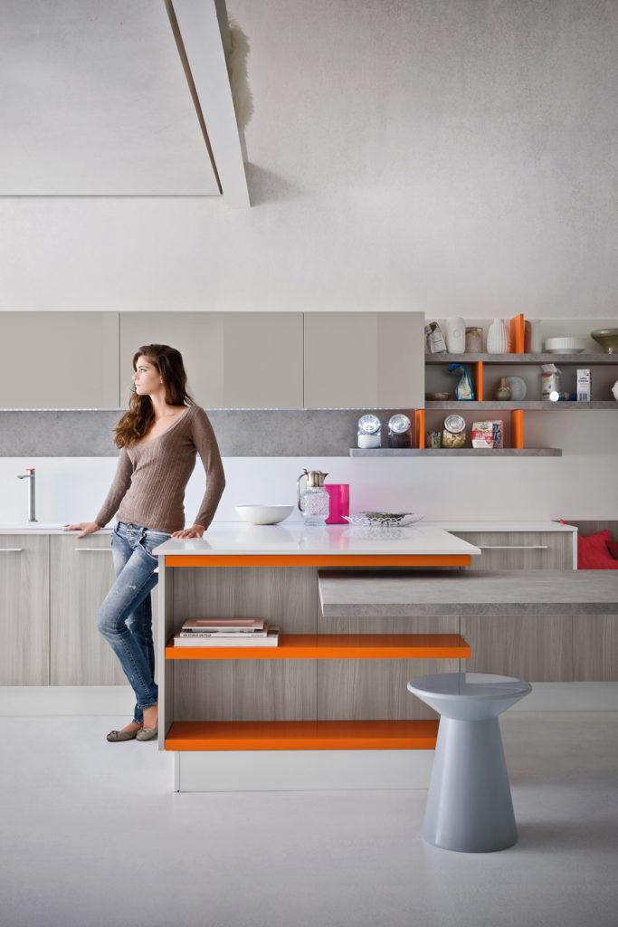 кухня с оранжевым акцентом и фасадом ясеня от Ar Tre