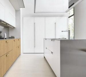 Ассиметричная кухня Aster: дуб и белый