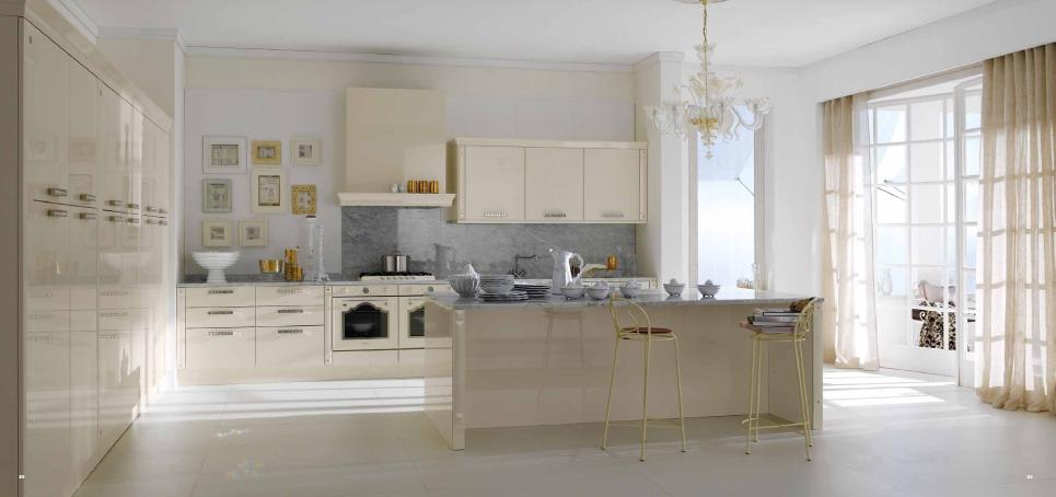 Бежевая кухня с кристаллами Сваровски от компании Arros