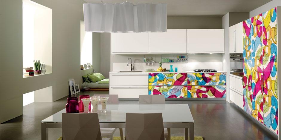 Кухня в пластике с фасадами в алюминиевой рамке