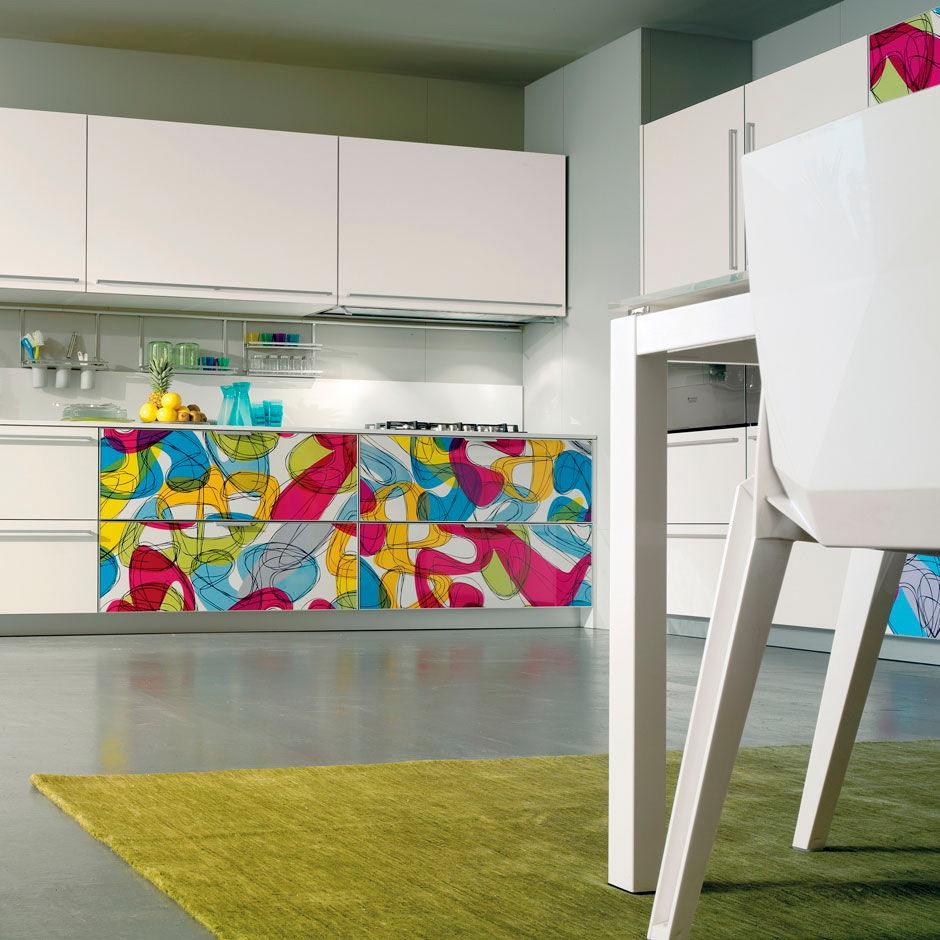 Абстрактные Кухня в пластике с фасадами в алюминиевой рамке