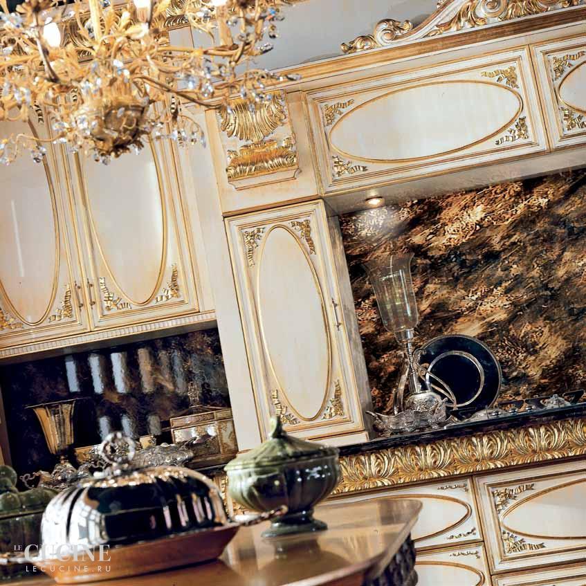 белая кухня с патинированными фасадами