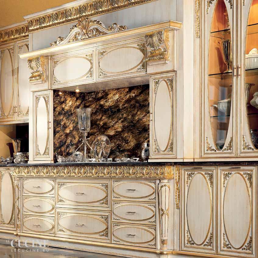 Белая Овальная кухня с патинированными фасадами
