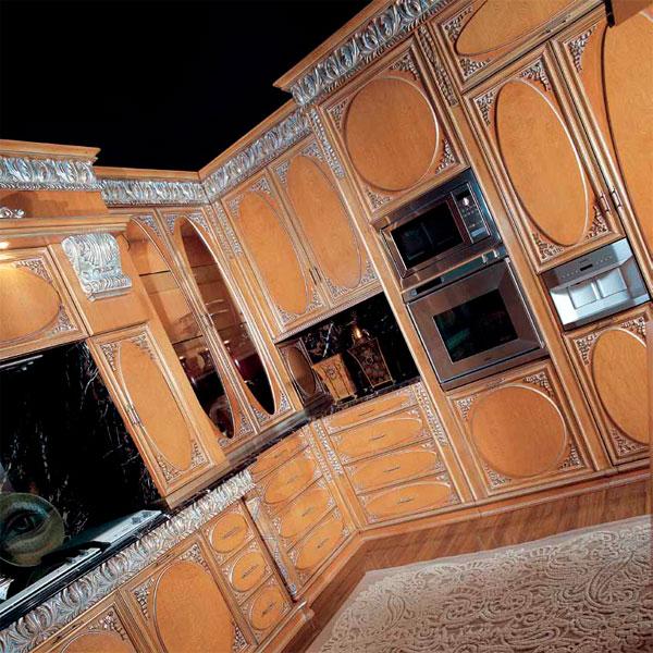 Деревянная кухня с патинированными фасадами