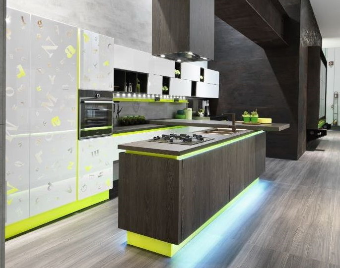 Белая кухня с зеленым акцентом