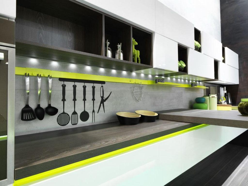 Релинговая система кухня с зеленым акцентом
