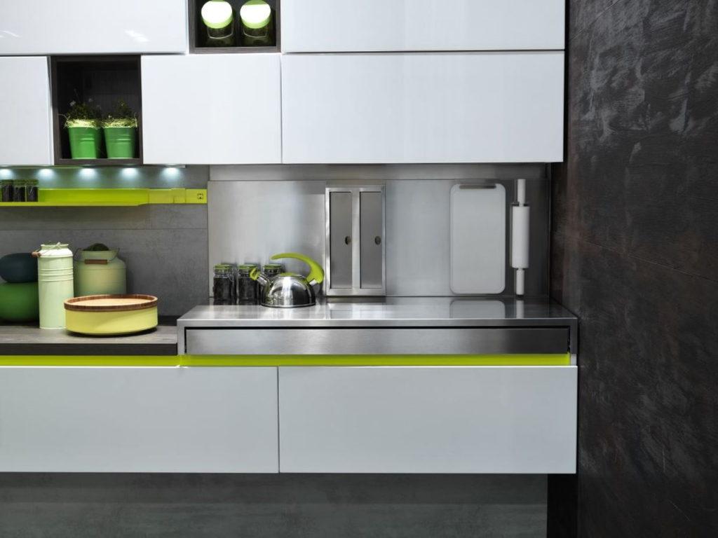 кухня с зеленым акцентом серая