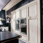 Кухня в стиле кантри шкаф