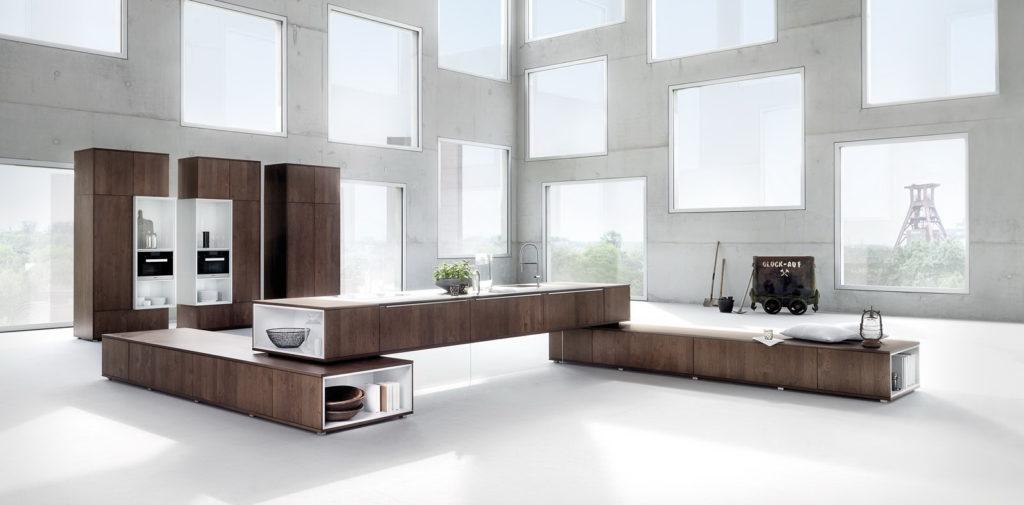 Дизайн с ярким акцентом бело-коричневые кухни