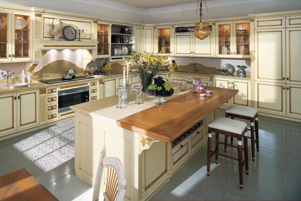 Дизайн с золотом кухня бежевая