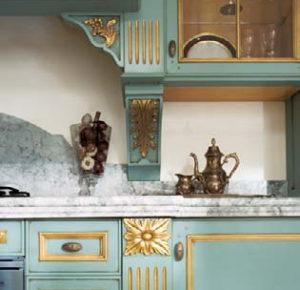 Дизайн с золотом кухня эеленая
