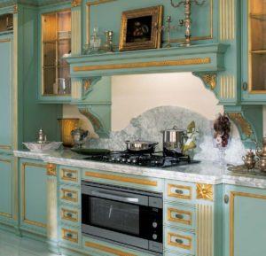 Дизайн с золотом кухня зеленая с патиной