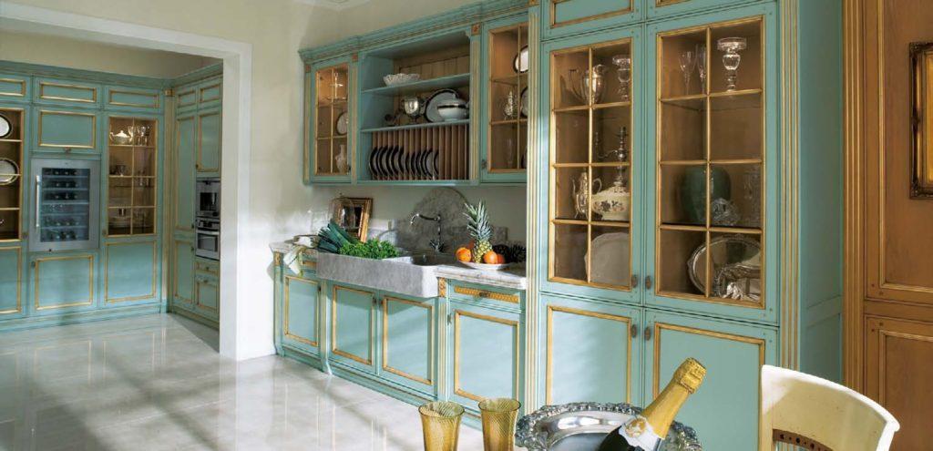 Дизайн с золотом кухня с патиной синяя