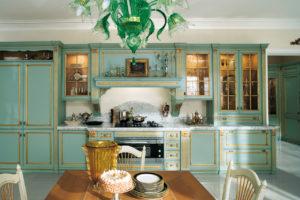 Дизайн с золотом кухня зеленая прямая