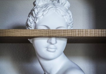 Статуя в мебельной полке