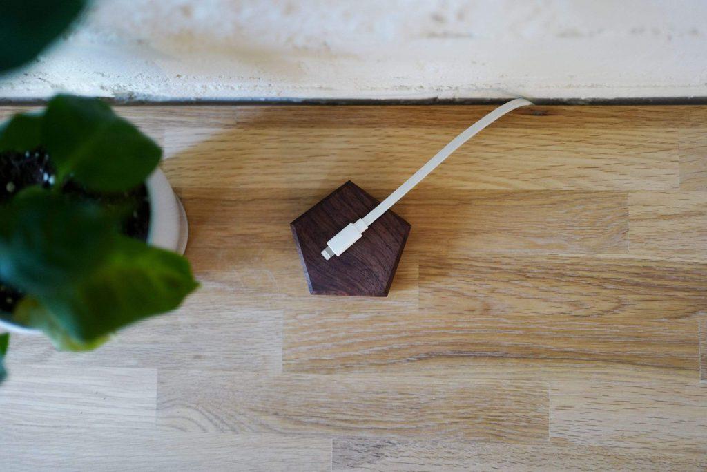 Деревянная зарядка для смартфона