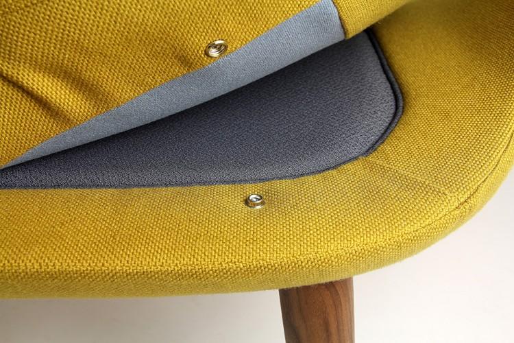 Кресло с деревянными подлокотниками