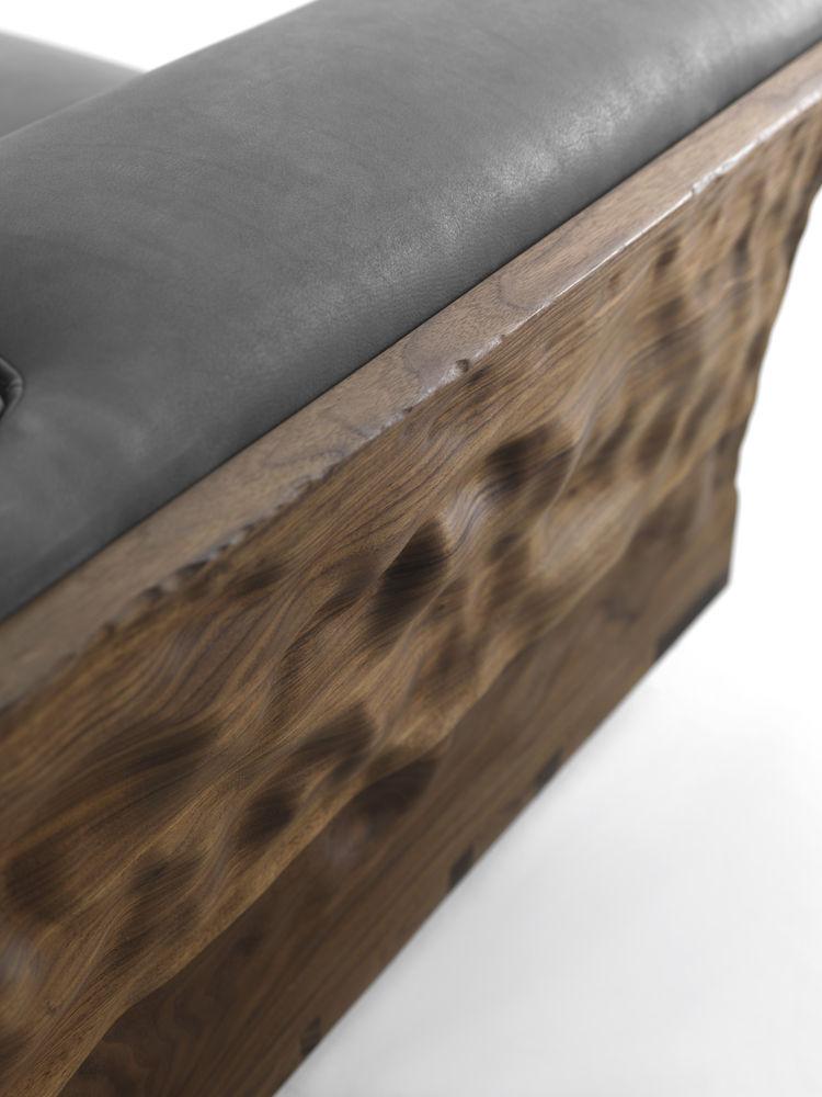 Диван с деревянным каркасом