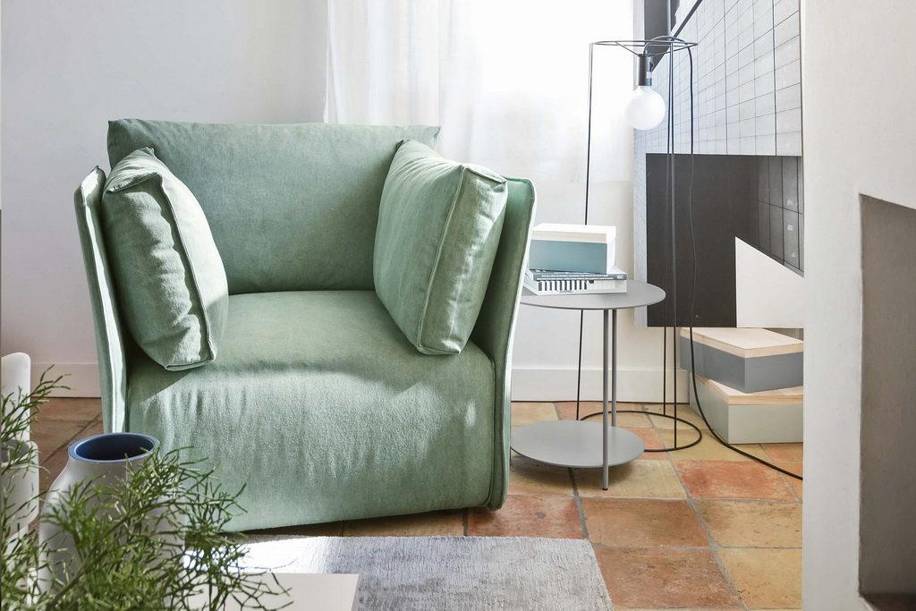 кресло с изогнутым подлокотником
